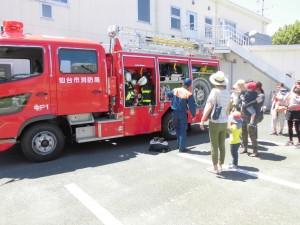 消防車を支援センター参加の親子の見学